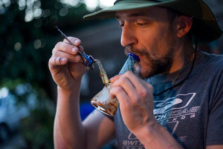 Cannabisseur beim Dabben in einer Dabbing-Bong mit Nail