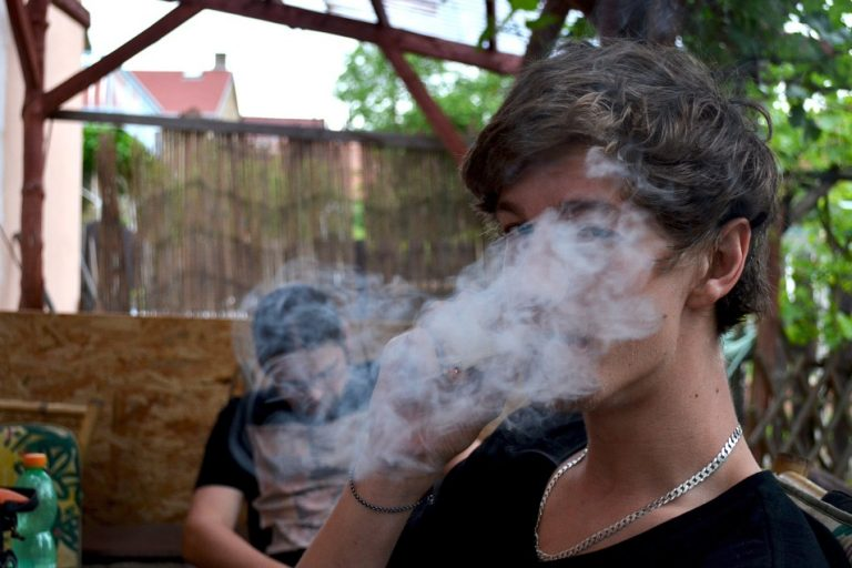 Cannabiskonsument beim Joint-Rauchen