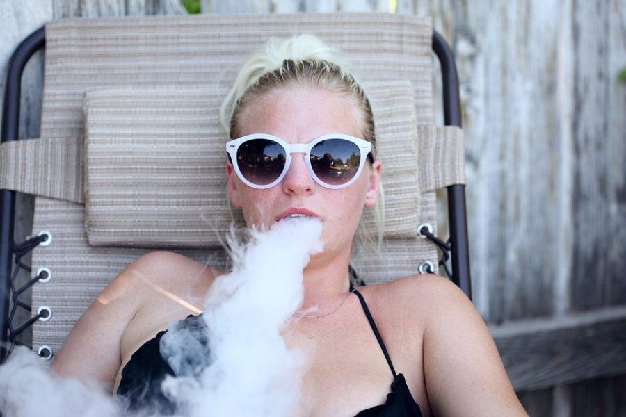 Cannabis-Userin beim Verdampfen von Hanf in einem Vaporizer