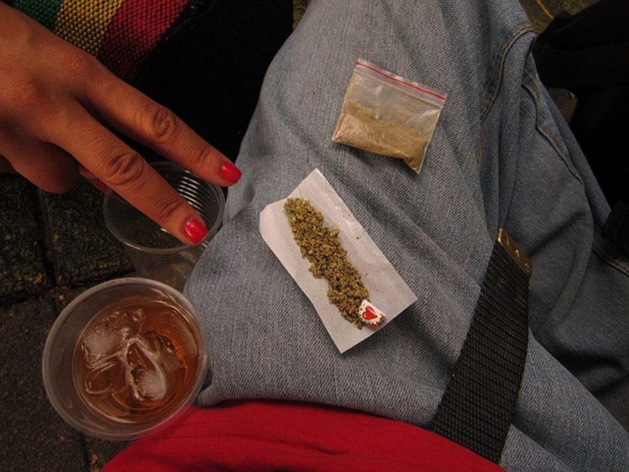 Zerkleinertes Cannabis im Joint-Paper und Tütchen