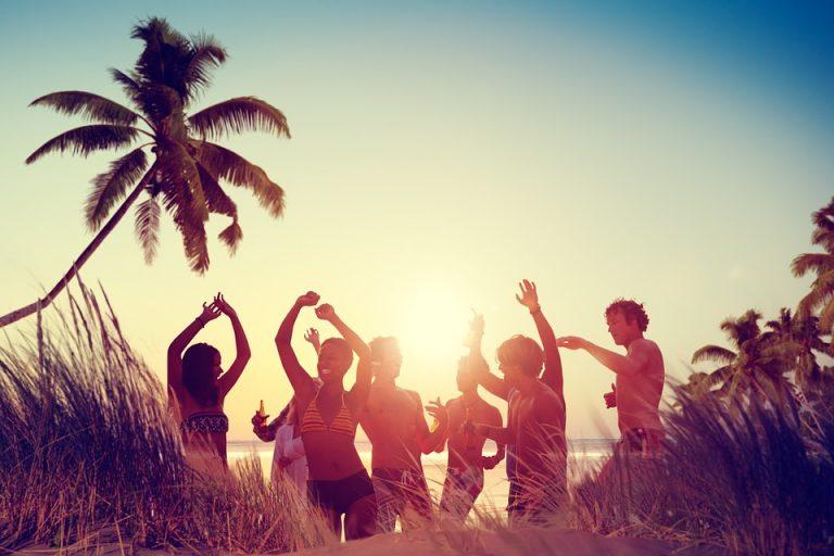Am Strand feiernde junge Erwachsene nach dem Konsum einer erhebenden Cannabissorte